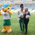 Carlinhos Brown et Shakira lors de la conférence de presse au stade Maracana pour annoncer la cérémonie de clôture de la finale de la Coupe du Monde à Rio de Janeiro, le 12 juillet 2014.