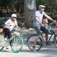 Exclusif - Kristen Bell enceinte fait du vélo avec son mari Dax Shepard et leur fille Lincoln à Los Feliz, le 15 juillet 2014.