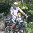 Exclusif - Dax Shepard et son fille Lincoln font du vélo puis vont déjeuner au restaurant avec des amis à Los Feliz, le 15 juillet 2014.