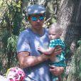 Exclusif - Kristen Bell enceinte, son mari Dax Shepard et leur fille Lincoln font du vélo puis vont déjeuner au restaurant avec des amis à Los Feliz, le 15 juillet 2014.