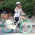 Exclusif - Kristen Bell enceinte et en vélo à Los Feliz, le 15 juillet 2014.
