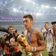 Mesut Özil après la victoire de l'Allemagne en finale de la Coupe du monde au Brésil, le 13 juillet 2014 au stade Maracanã de Rio de Janeiro