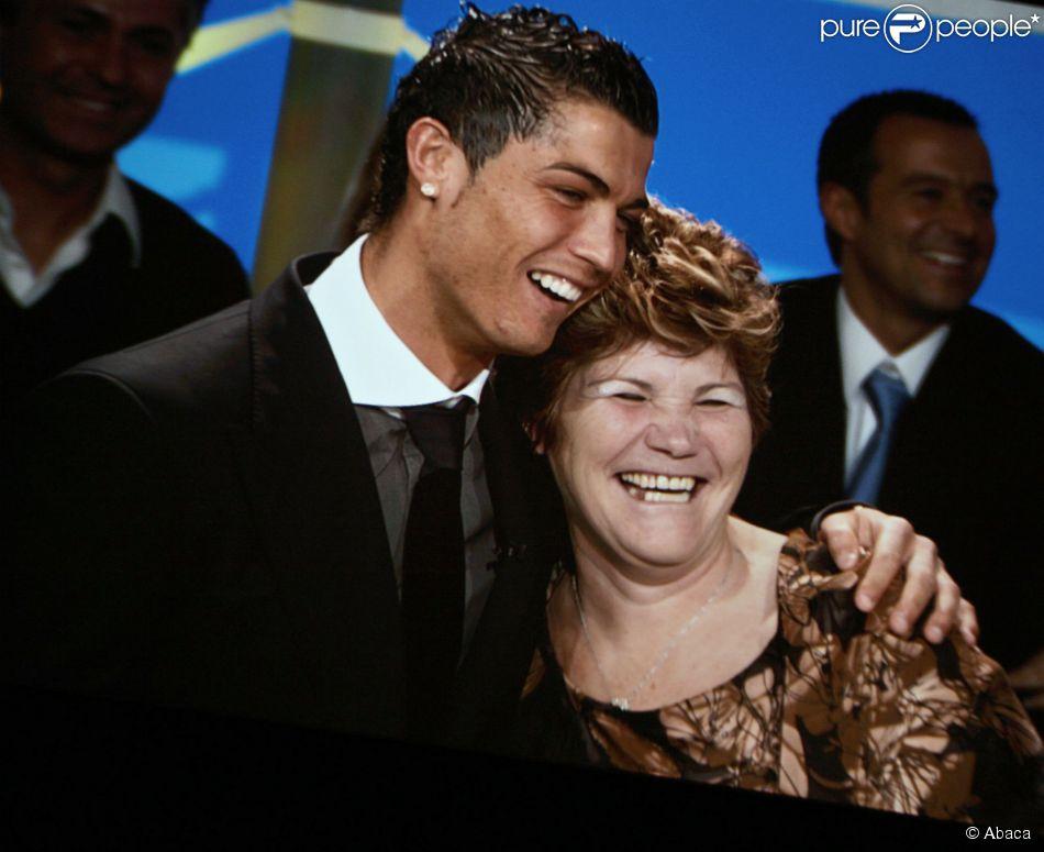 Cristiano Ronaldo et sa mère à Paris, le 7 décembre 2008.