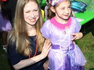 Chelsea Clinton enceinte : Une petite robe qui cache mal son baby bump