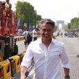 Gérard Holtz, tout sourire sur la ligne d'arrivée du Tour de France 2014, à Paris le 27 juillet 2014