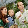 Le prince George de Cambridge pris en photo avec ses parents le prince William et Kate Middleton le 2 juillet 2014 dans la serre aux papillons du Museum d'histoire naturelle de Londres, avant son premier anniversaire.