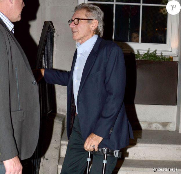 """Exclusif - Harrison Ford, qui s'est cassé la jambe sur le tournage de """"Star Wars : Episode VII"""" sort d'un immeuble à Londres le 29 juin 2014."""
