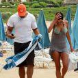 Nicole Murphy, l'ex d'Eddie Murphy se relaxe sur une plage à Hawaii avec Michael Strahan, le 24 mai 2013.