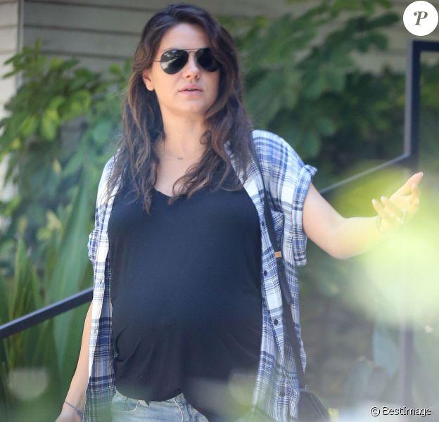 Exclusif - Mila Kunis enceinte fait du shopping à Hollywood, le 5 août 2014.