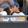 Mila Kunis et Ashton Kutcher au Dodger Stadium, à Los Angeles, le 28 juin 2014.