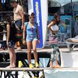 Lourdes Leon et son frère Rocco Ritchie, les enfants de Madonna, se baignent à Cannes avec Timor Steffens et des amis, le 6 août 2014.