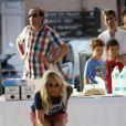 Cécile de Ménibus participe au tournoi de pétanque des VIP sur la Place des Lices à Saint-Tropez, le 11 août 2014.