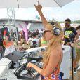 Paris Hilton aux platines sur la plage à Saint-Tropez, le 10 août 2014.