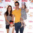 Johnny Knoxville, sa femme Naomi Nelson et leurs enfants Arlo et Rocko Akira assistent au spectacle Pirate & Princess : Power of Doing Good au Brookside Park. Pasadena, le 16 août 2014.