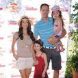 Samantha Harris, son mari Michael Hess et leurs deux filles Josselyn et Hillary assistent au spectacle Pirate & Princess : Power of Doing Good au Brookside Park. Pasadena, le 16 août 2014.