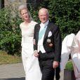 La princesse Nathalie de Sayn-Wittgenstein-Berleburg avec son père le prince Richard lors de son mariage avec Alexander Johanssmann le 18 juin 2011 à Bad Berleburg