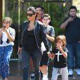 Kim Kardashian quitte un cinéma avec son neveu Mason. Calabasas, le 19 août 2014.