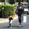 Kim Kardashian et son neveu Mason quittent une librairie Barnes & Nobles à Calabasas. Le 19 août 2014.