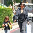 Kim Kardashian et son neveu Mason Disick quittent la librairie Barnes & Nobles au centre commercial The Commons. Calabasas, le 19 août 2014.