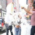 Rita Ora relève le défi ALS Ice Bucket Challenge devant le Mercer Hotel, à SoHo. New York, le 18 août 2014.