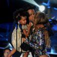Beyoncé sur la scène des MTV Video Music Awards en compagnie de son mari Jay-Z et leur fille Blue Ivy. Los Angeles, le 25 mai 2014.