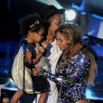 Beyoncé, son mari Jay-Z et leur fille Blue Ivy sur la scène des MTV Video Music Awards. Los Angeles, le 25 mai 2014.