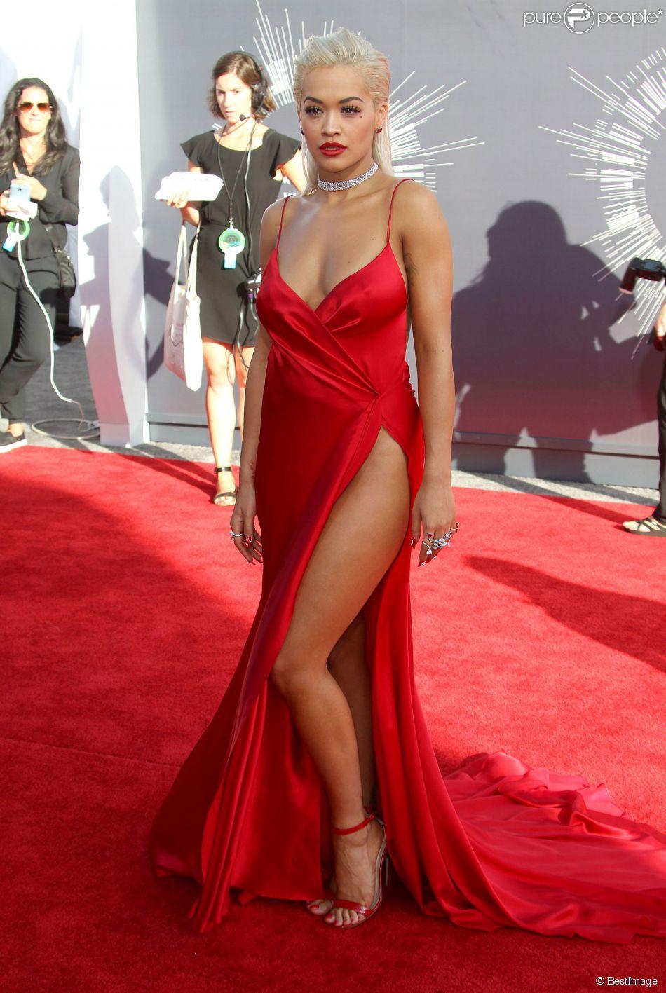 rita ora sexy en robe rouge donna karan atelier assiste aux mtv video music awards 2014 au. Black Bedroom Furniture Sets. Home Design Ideas