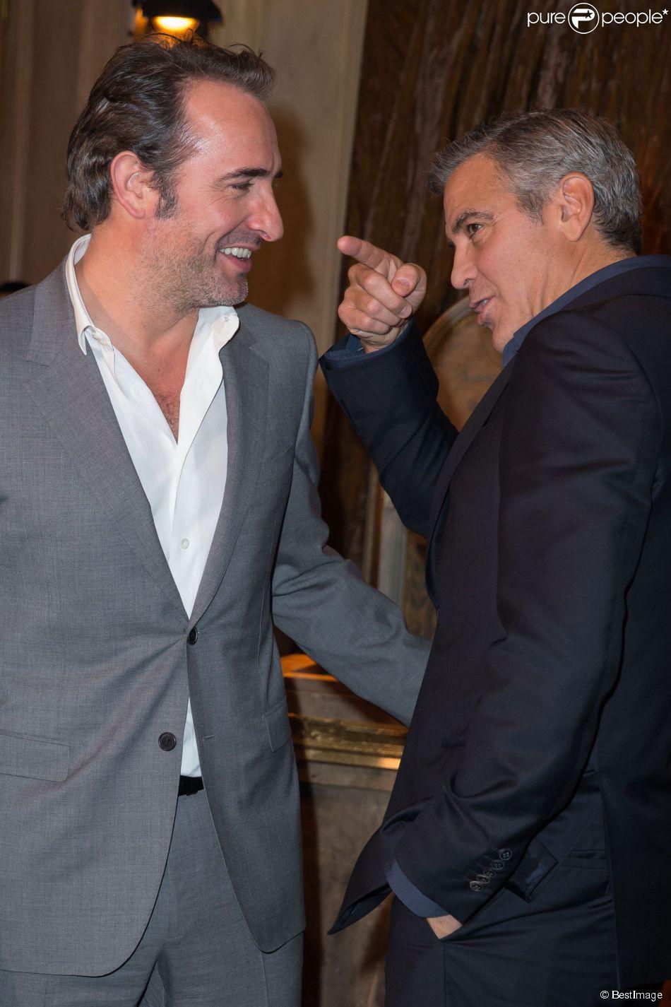 Jean Dujardin et George Clooney lors du photocall du film Monuments Men à l'hôtel Bristol à Paris le 12 février 2014.