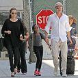 Angelina Jolie et Brad Pitt arrivent à l'aéroport de Los Angeles avec leurs enfants Zahara et Maddox en provenance de Londres, le 14 juin 2014. Le mariage du couple a eu lieu en France le 23 août 2014.