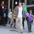 Brad Pitt et Angelina Jolie arrivent à l'aéroport de Los Angeles en provenance d'Australie avec leurs enfants, le 5 février 2014. Le mariage du couple a eu lieu en France le 23 août 2014.