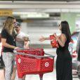 Zoe Saldana fait des courses avec son mari Marco Perego, le 24 août 2014 à Los Angeles.