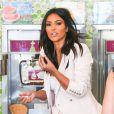 Kim Kardashian commande une glace dans la boutique Menchie's à Calabasas. Le 28 août 2014.