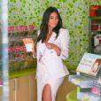 Kim Kardashian, stylée et gourmande, commande une glace dans la boutique Menchie's à Calabasas. Le 28 août 2014.