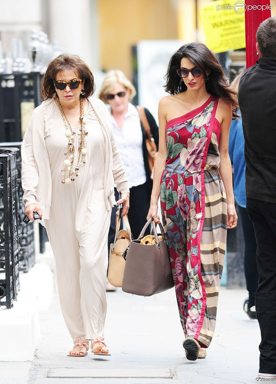 Amal Alamuddin avec sa mère l'influente journaliste libanaise Baria à Londres le 3 septembre 2014, à la recherche d'une robe de mariée pour la future femme de George Clooney ?