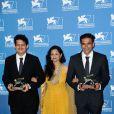 Vivek Gomber, Geetanjali Kulkarni et le réalisateur Chaitanya Tamhane de 'Court' lors de la remise des prix de la 71e Mostra de Venise le 6 septembre 2014