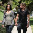 Zoe Saldana, enceinte, et son mari Marco Perego se promènent main dans la main à Beverly Hills, le 19 août 2014.