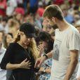 Shakira, enceinte, et son amoureux Gerard Piqué assistent au quart de finale de la coupe du monde de basket entre la Slovénie et les États-Unis à Barcelone en Espagne le 9 septembre 2014.