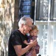 Le père de Nicole Kidman, Antony, avec sa petite-fille Sunday Rose, à Sydney en Australie le 19 décembre 2009