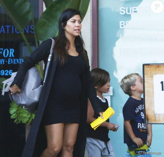 Exclusif - Kourtney Kardashian, enceinte et de sortie à Malibu, avec son fils Mason. Le 11 septembre 2014.