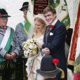 Les mariés radieux à la sortie de l'église. Mariage de la princesse Maria Theresia von Thurn und Taxis et d'Hugo Wilson en l'église St Joseph de   Tutzing, en Bavière (Allemagne), le 13 septembre 2014.
