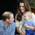 Kate Middleton et le prince William avec le prince George de Cambridge au Zoo de Taronga, à Sydney, le 20 avril 2014 lors de leur tournée en Océanie.