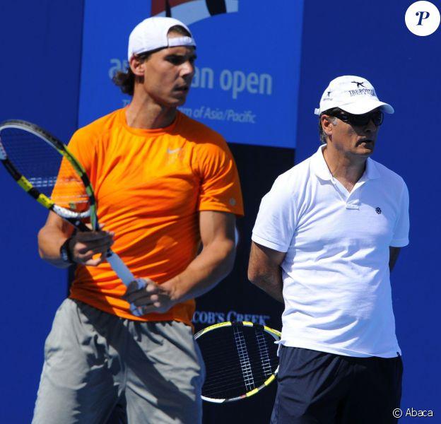 Rafael Nadal à l'entraînement sous les yeux de son oncle Toni à l'Open d'Australie, le 17 janvier 2011 à Melbourne
