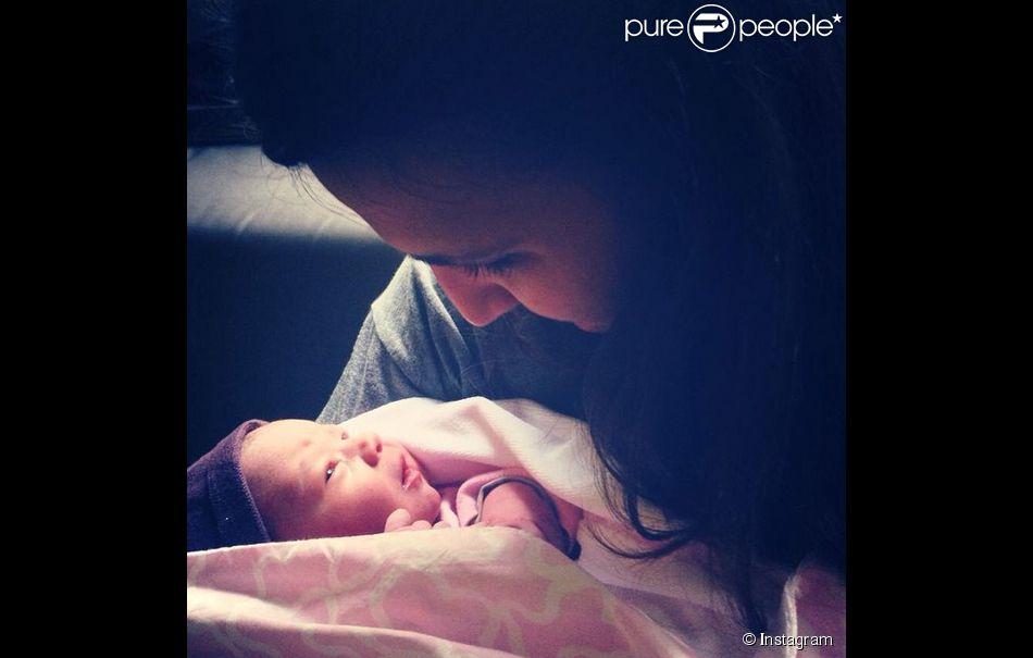 Carlota Fabregas, soeur du joueur de foot Cesc, avec sa petite soeur Claudia qui vient de naître le 23 septembre 2014