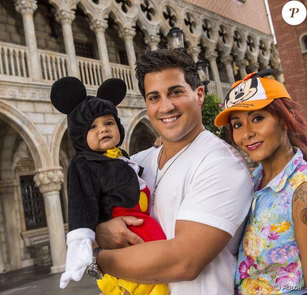 """Nicole """"Snooki"""" Polizzi et son fiancé Jionni LaValle posent avec leur fils Lorenzo à Buena Vista, le 27 septembre 2013."""