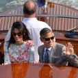 George Clooney et Amal Alamuddin, avec leurs alliances, apparaissent pour la première fois après leur mariage, le 28 septembre 2014, quittant l'Aman Grande Canal Venice après leur nuit de noces pour rallier le Cipriani pour un brunch avec leurs proches.