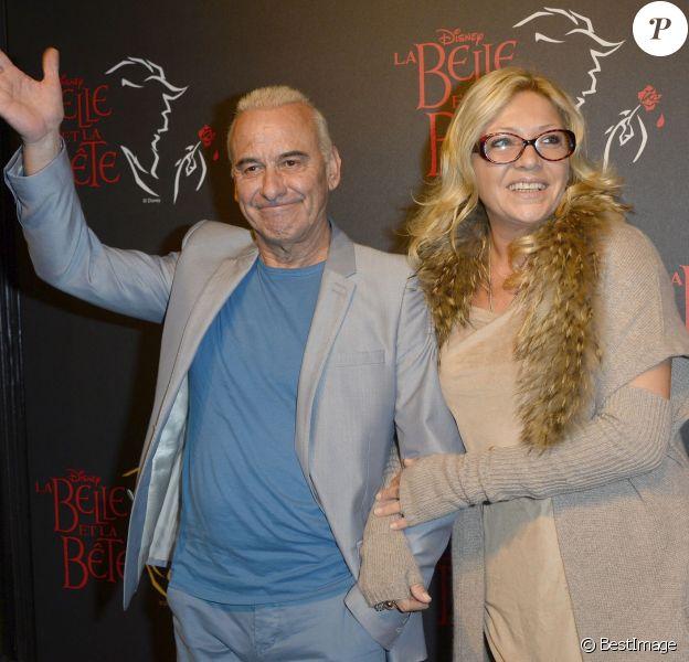 Michel Fugain prend la pose avec sa compagne Sanda à Paris, le 24 octobre 2013.