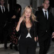 Kate Moss trinque avec ses proches qui honorent... sa poitrine !