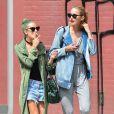 Tallulah Willis fume une cigarette avec son amie Mallory Llewellyn à New York, le 23 juin 2014.