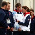 Kate Middleton discute plaisamment avec Ben Ainslie lors des JO de Londres le 6 août 2012