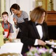 Michelle Obama partage un repas avec des enfants, après avoir récolté des fruits et des légumes dans le jardin de la Maison Blanche, le 14 octobre 2014 à Washington.